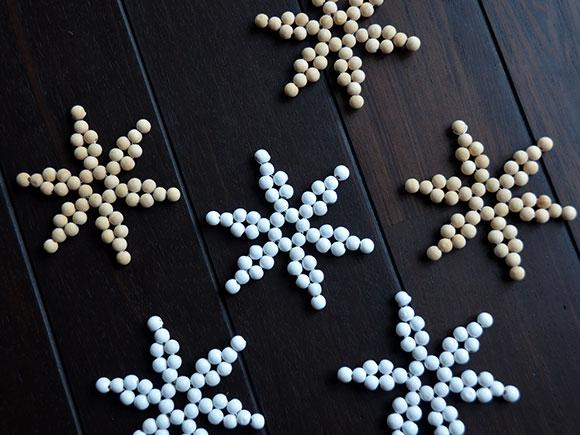DIY--Sneeuwvlokken-van-houten-kralen-6