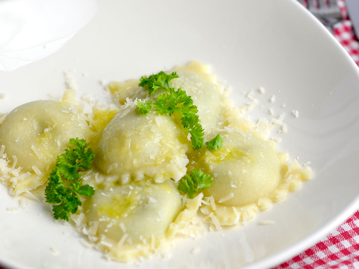 Zelfgemaakte verse ravioli met spinazie