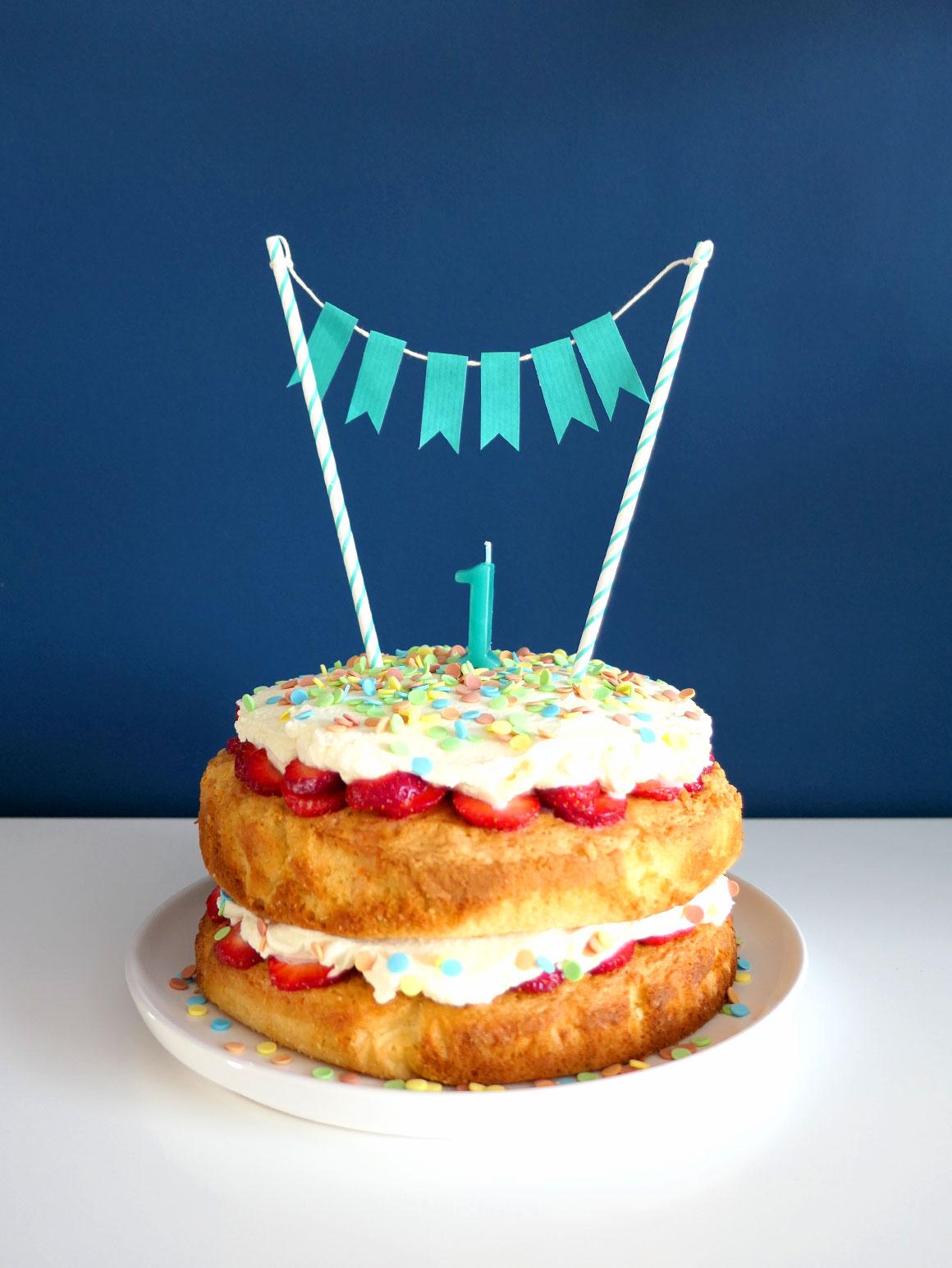 Liams verjaardagstaart met confetti, aardbeien en witte chocola