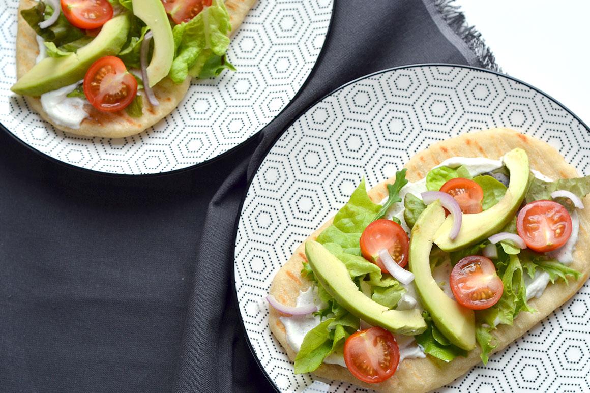 Naan met ricotta, avocado en tomaat