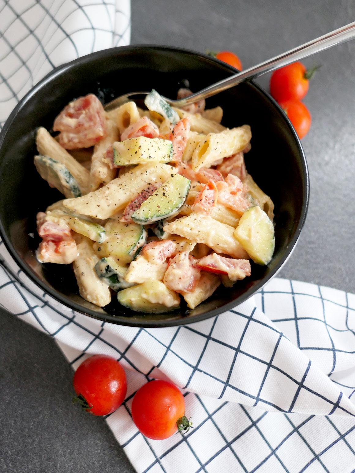 Romige pasta met tomaat & courgette (vegan)