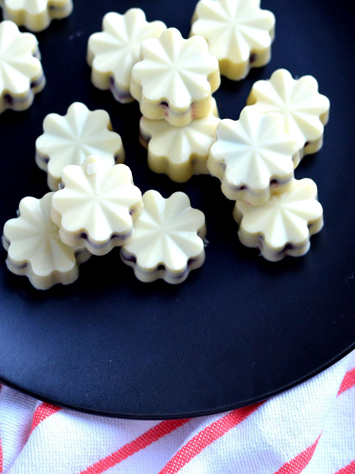 Witte chocolade bonbons met rood fruit